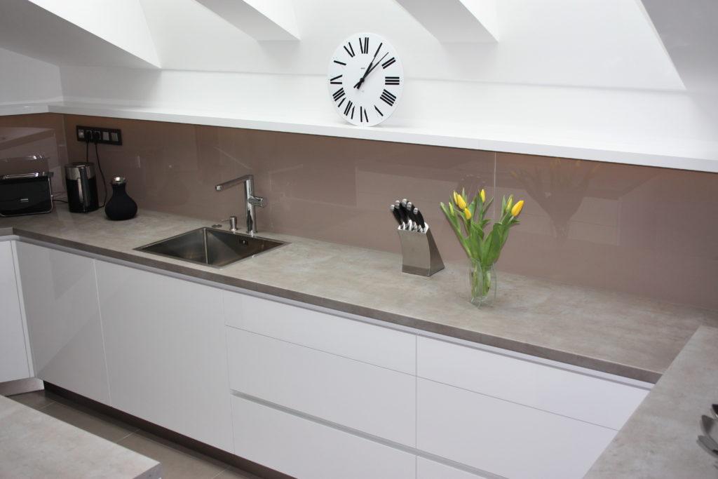 kuchyňa s nerezovým drezom